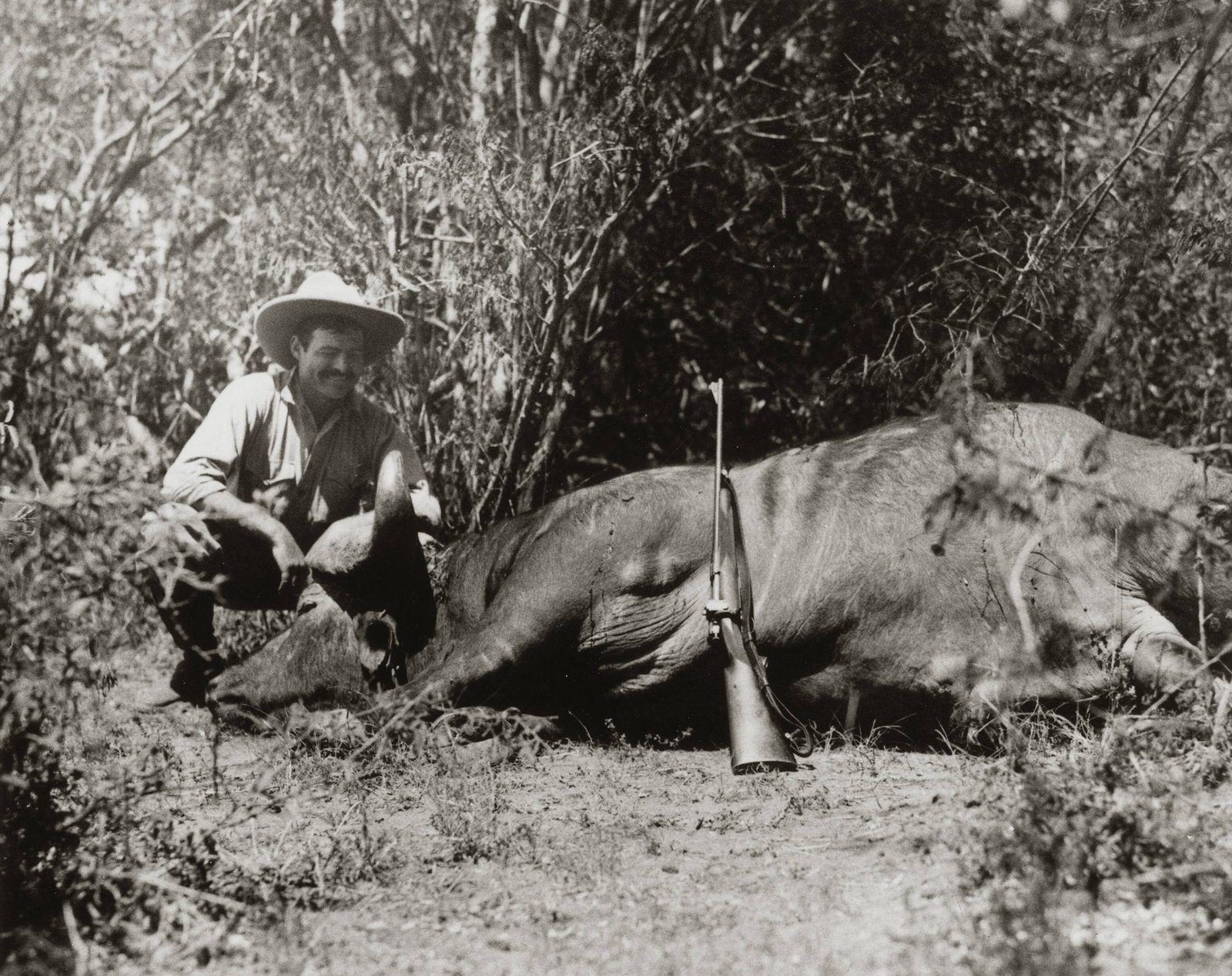 Ernest Hemingway on Safari in Africa circa 1933 1934 PUBLICATIONxINxGERxSUIxAUTxONLY Copyright xNAR