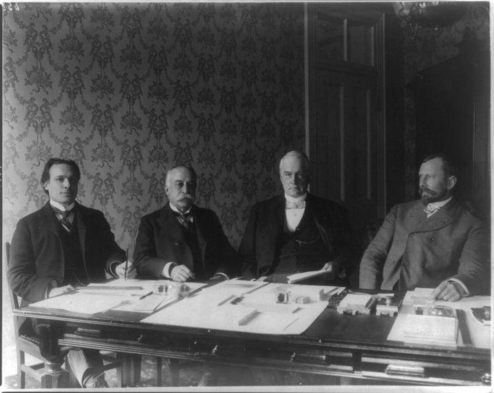 Die Philippinen-Kommission, der Dean Worcester angehörte (r.) hielt die Philippinen nicht bereit für die Unabhängigkeit