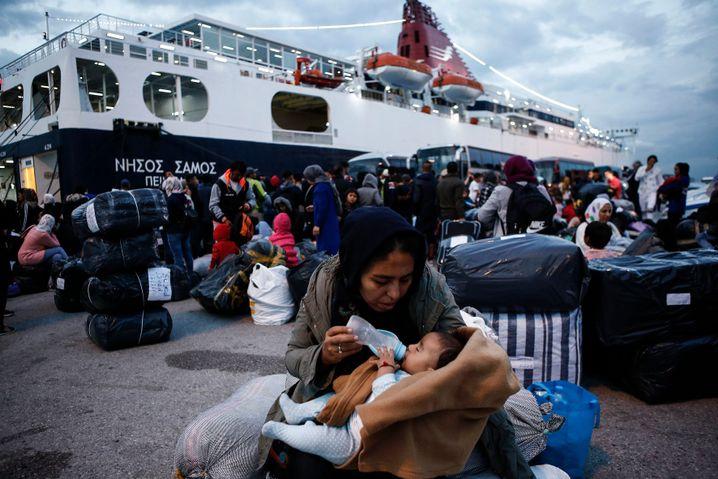Für viele nur Zwischenstation: Eine Mutter mit ihrem Baby nach der Ankunft im Hafen von Piräus