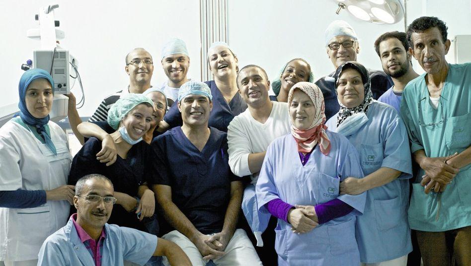 Augenarzt Raiss (M.), Team: Karawane des Lichts