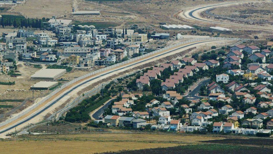 Palästinensiches Dorf (links): Israel verbietet Errichtungen von 600 Wohnungen