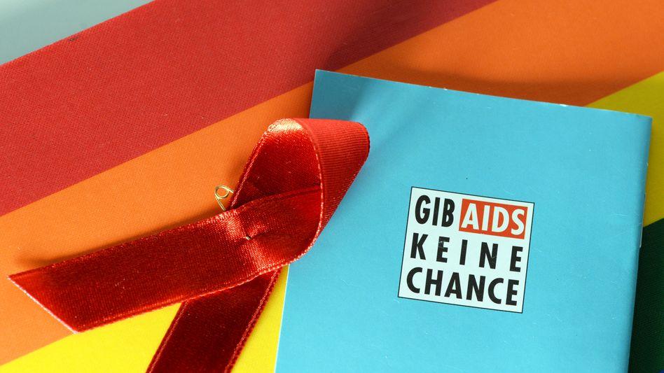 """Rote Aids-Schleife: """"Mutige Maßnahmen ergreifen"""""""