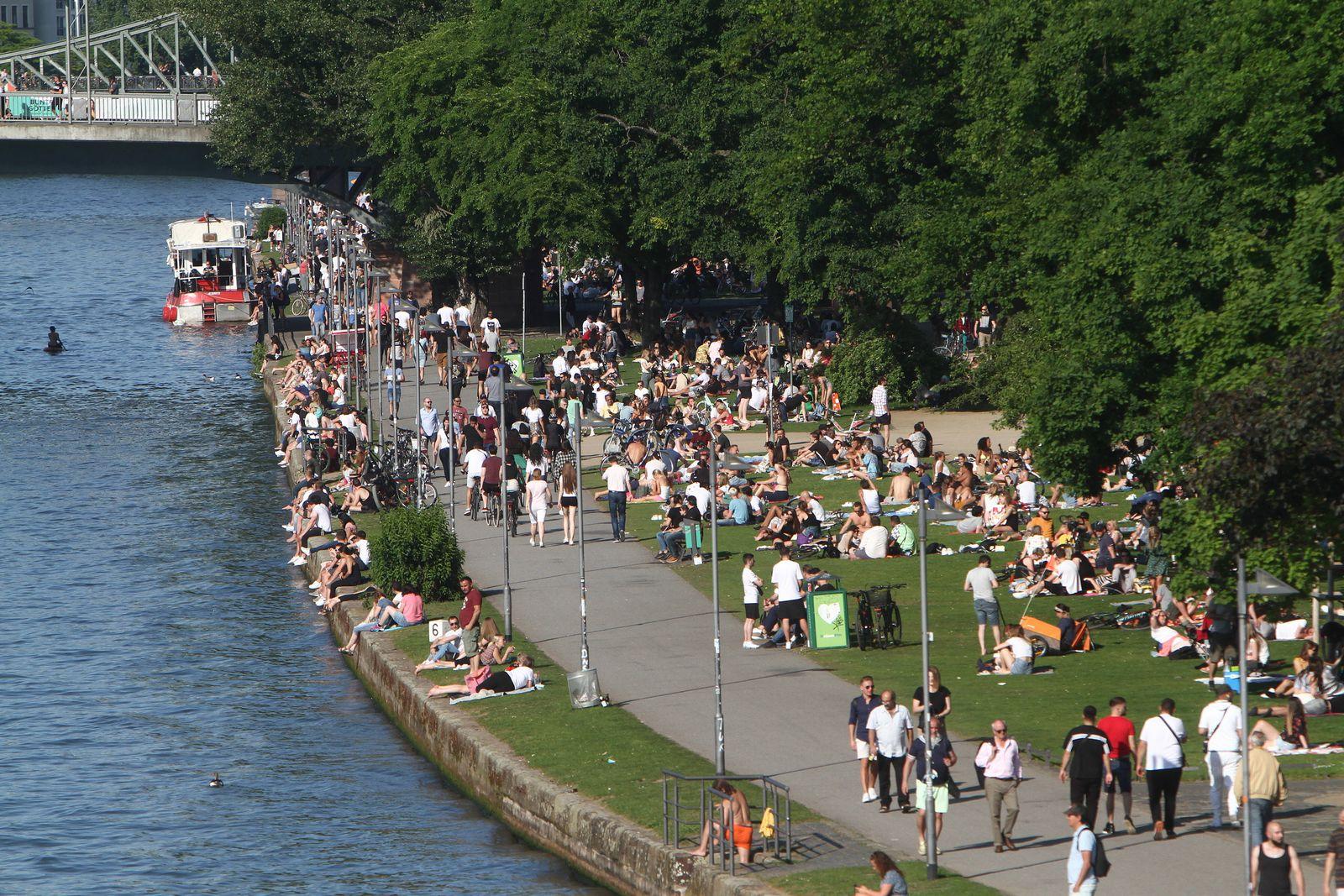 Sonnenhungrige in großer Zahl genießen den Himmelfahrtstag nach den Lockerungsmaßnahmen in der Coronavirus-Krise die wa