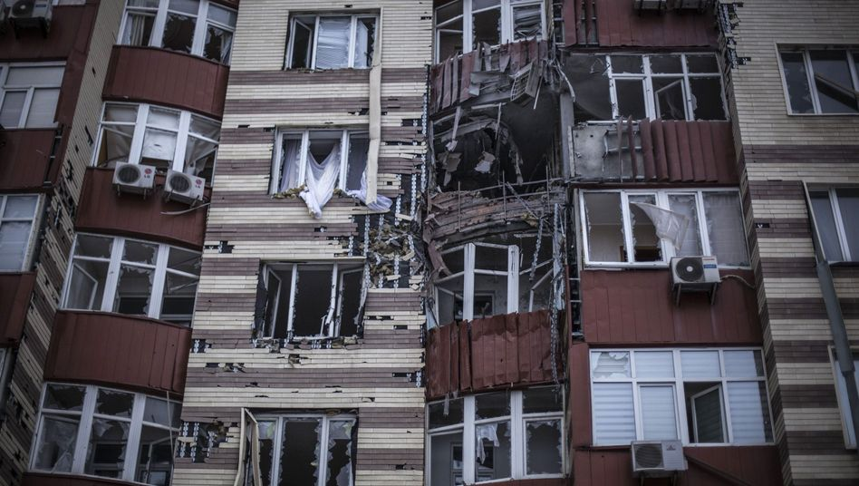 Beschossenes Wohnhaus in Donezk: Schwere Kämpfe in der Ostukraine