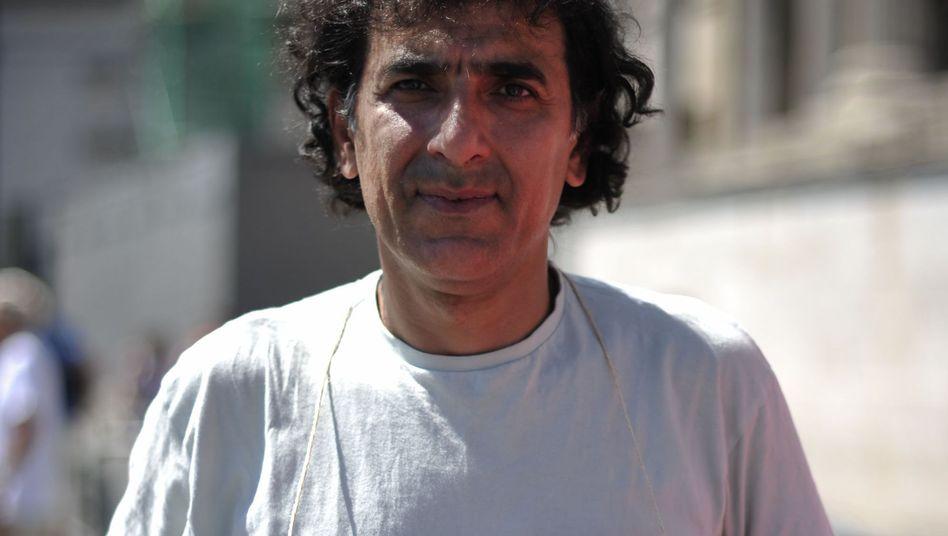 Ein Demonstrant kämpft für Aschtianis Freiheit: Keine Steinigung! Keine Hinrichtungen!
