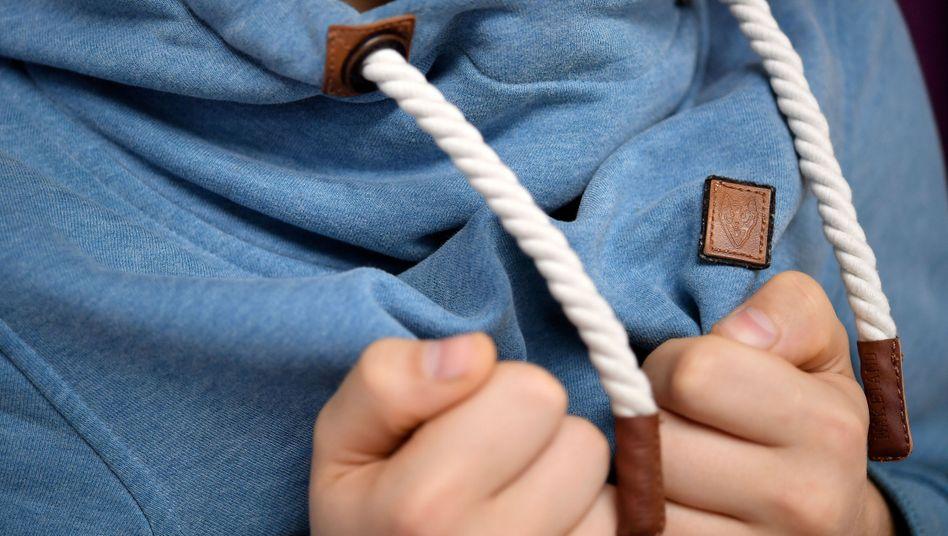 Fetter Kragen, dicke Kordel: Typisches Design eines Naketano-Pullis