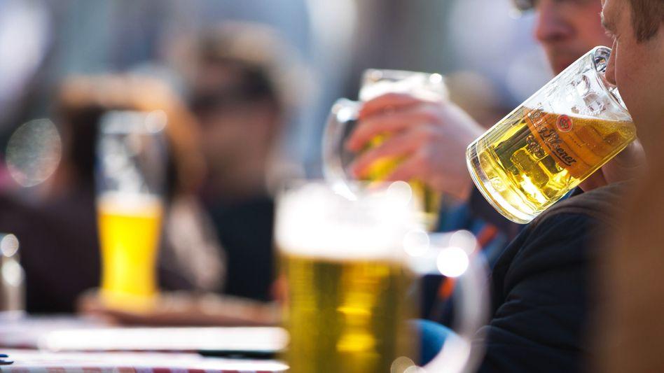 Feierabendbier in der Sonne: Selbst moderates Trinkverhalten erhöht das Krebsrisiko