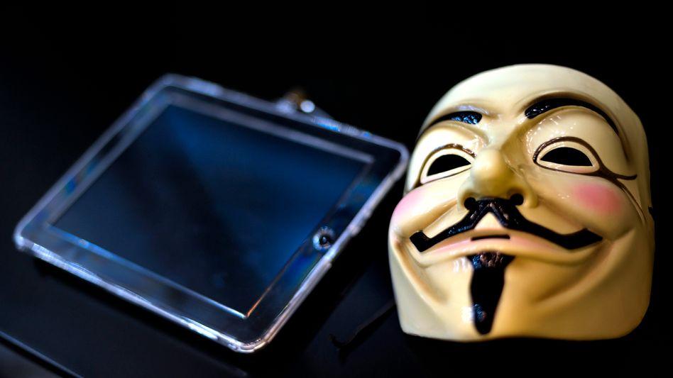 Maske im typischen Design der Anonymous-Bewegung: »Wir haben seine Mails«