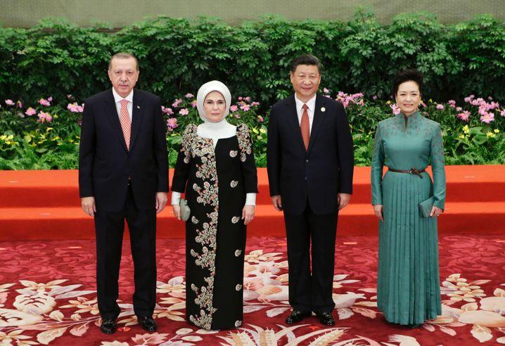 Jinping und Erdogan (mit Ehefrauen): Pekings Fans auf der Tribüne