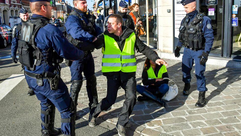 Polizisten und Demonstranten (am 9. November im nordfranzösischen Albert)