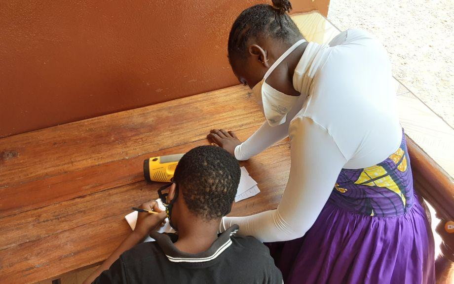 Aminata und ihr achtjähriger Bruder lernen oft zusammen vor ihrer Wohnung in Freetown. Die 17-Jährige macht ihre Hausaufgaben aber meistens in der Nacht, wenn alle anderen schlafen und sie etwas Ruhe hat