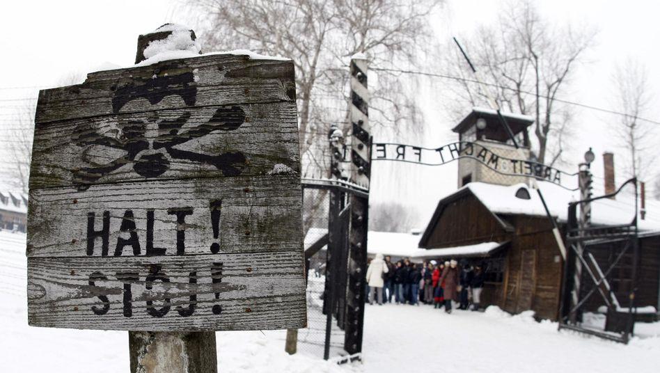 Eingang zum früheren KZ Auschwitz: Millionenbetrug mit Entschädigungsgeldern aufgedeckt