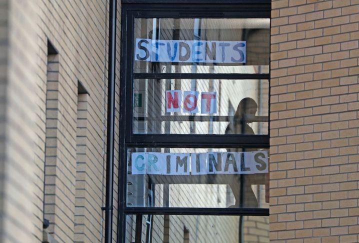 """Aufschrift an der Universität in Glasgow: """"Studierende sind kein Verbrecher"""""""