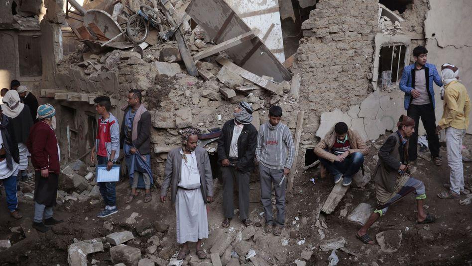 Einheimische versammeln sich um den Ort eines Luftangriffs in der Nähe des Verteidigungsministeriums in Jemens Hauptstadt Sanaa