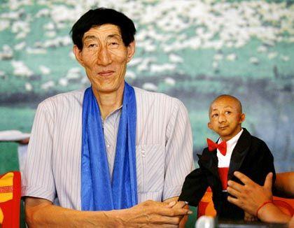 Unerklärlicher Unterschied: Der Chinese Bao Xishun, mit 2,36 Metern einer der größten Männer der Welt, und sein 73 Zentimeter kleiner Landsmann He Pingping