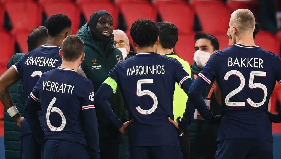 Spielabbruch und Debatten bei der Partie PSG gegen Başakşehir