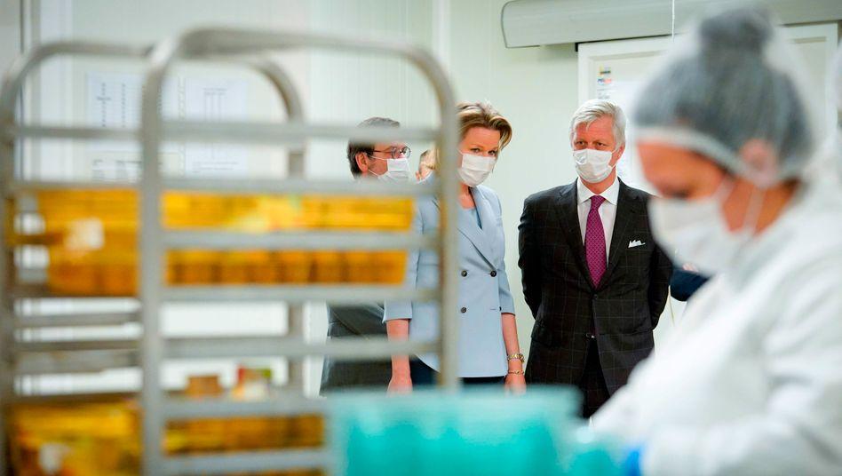 Königin Mathilde und König Philippe zu Besuch in einer Krankenhausküche: Die Coronakrise bedroht Belgien