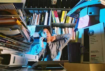 Aktenberge: Dieser Schreibtisch sieht nach Arbeit aus, nach unerledigter