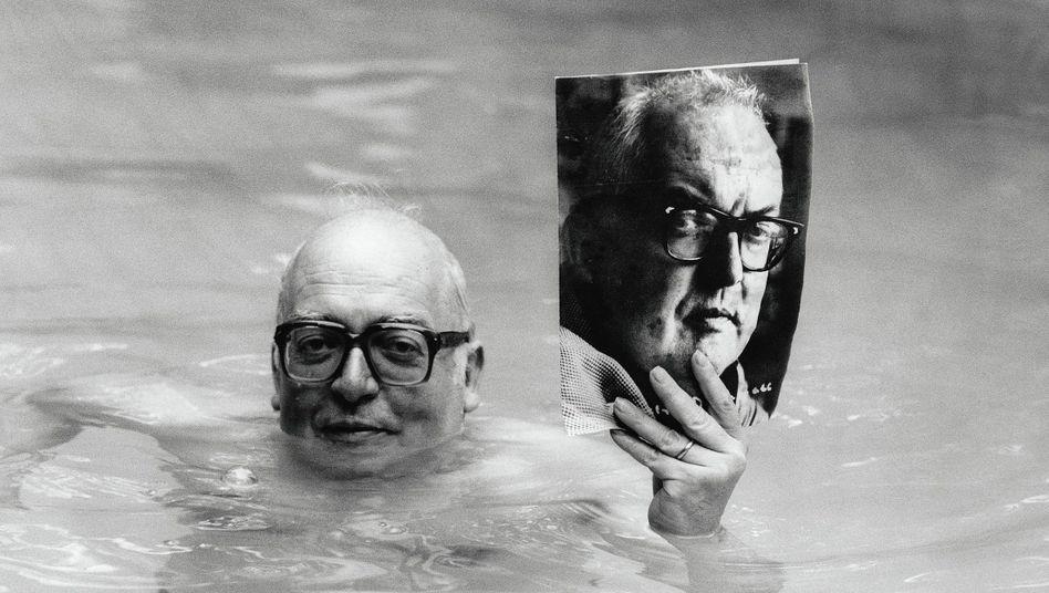 Dramatiker Dürrenmatt im Pool seiner Schweizer Villa 1979:Katastrophendichter aus Neuchâtel