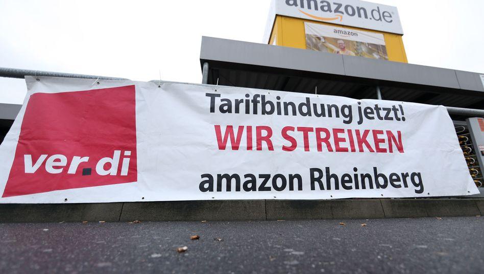 Streikplakat am Zaun des Amazon-Logistikzentrums in Rheinberg, November 2017