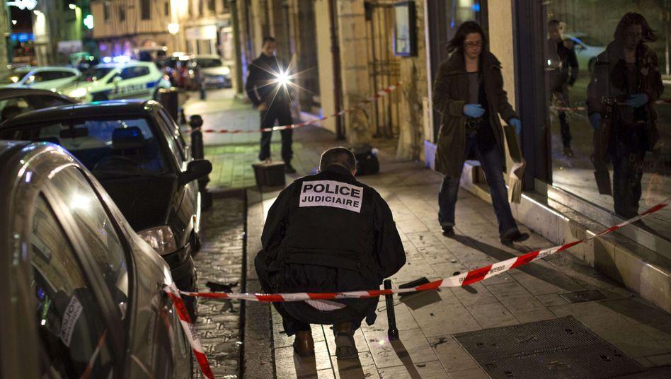 Polizisten an einem der Tatorte: Elf Passanten verletzt