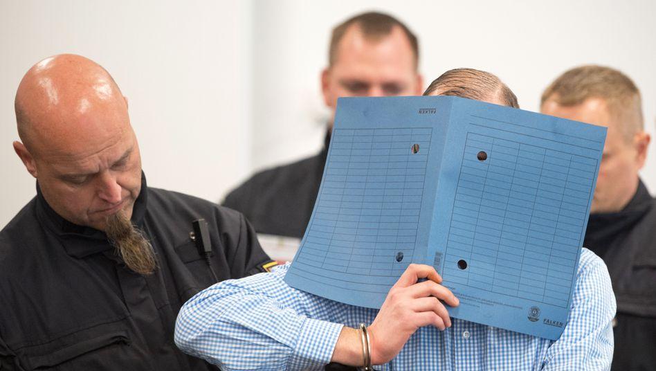 """Einer der Angeklagten im Prozess gegen """"Revolution Chemnitz"""" (Archiv): Mehrjährige Haftstrafen drohen"""