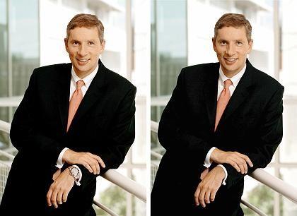 Rolex aus PR-Gründen wegretuschiert: Siemens-Chef Klaus Kleinfeld mit und ohne Luxusuhr