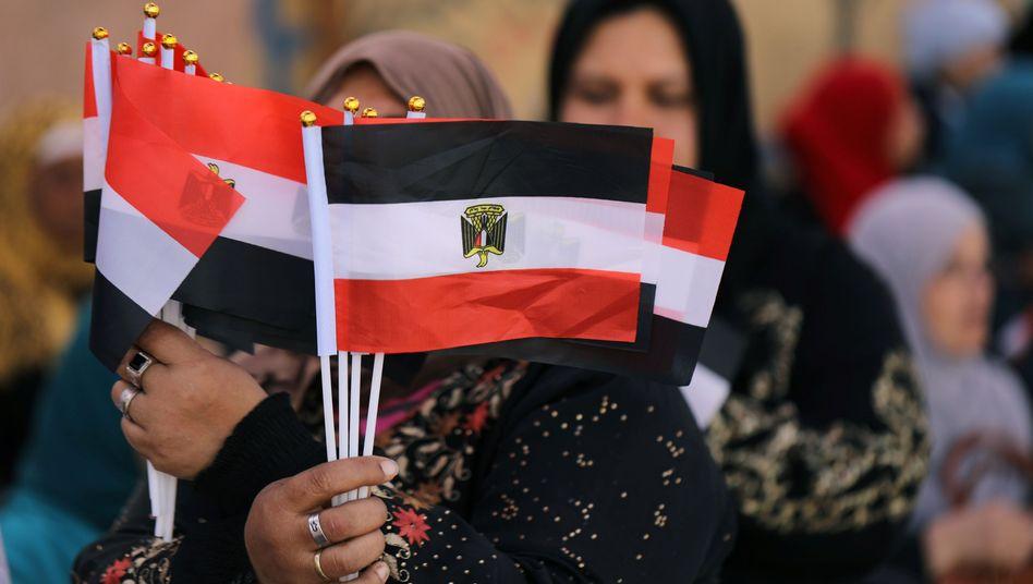 Frau mit ägyptischen Flaggen