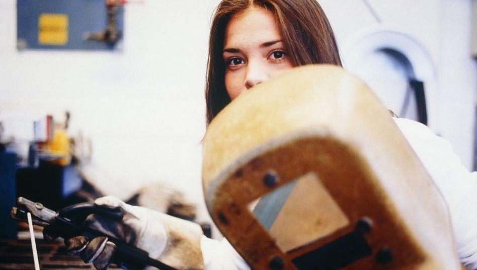 Schweißerin (Symbolbild): Können Frauen von ihrer Arbeit leben?