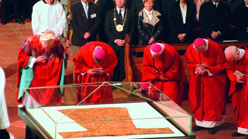 Katholische Bischöfe verneigen sich vor dem Heiligen Rock. Trierer Dom, 1996
