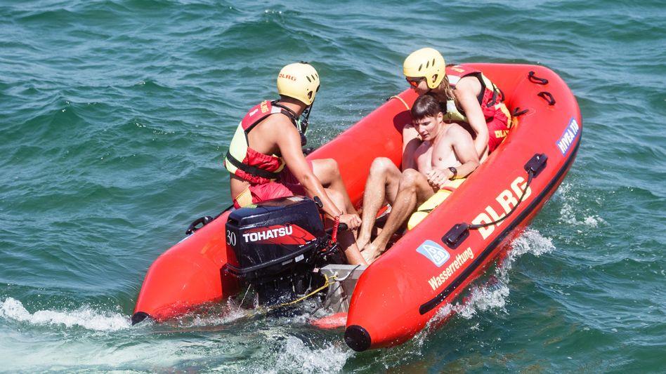 """DLRG-Rettungsschwimmer bei einer Übung an der Ostsee: """"Die arbeiten wohl nie!"""""""