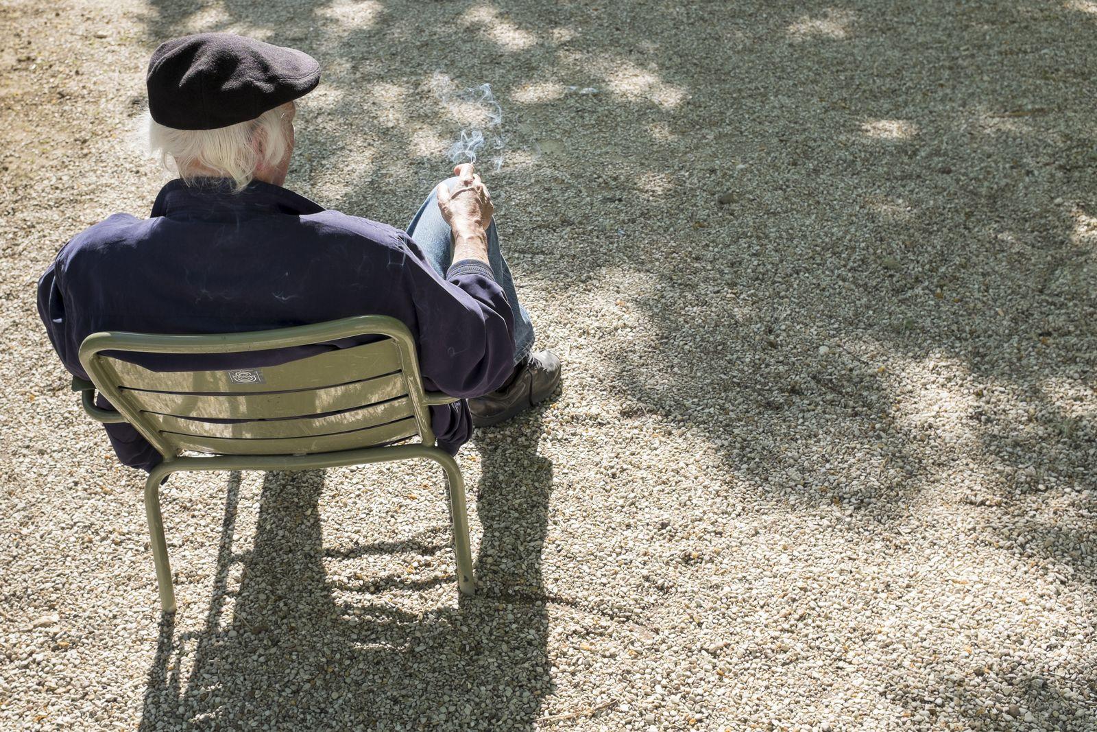 EINMALIGE VERWENDUNG Paris/ Rauchverbot in Parks