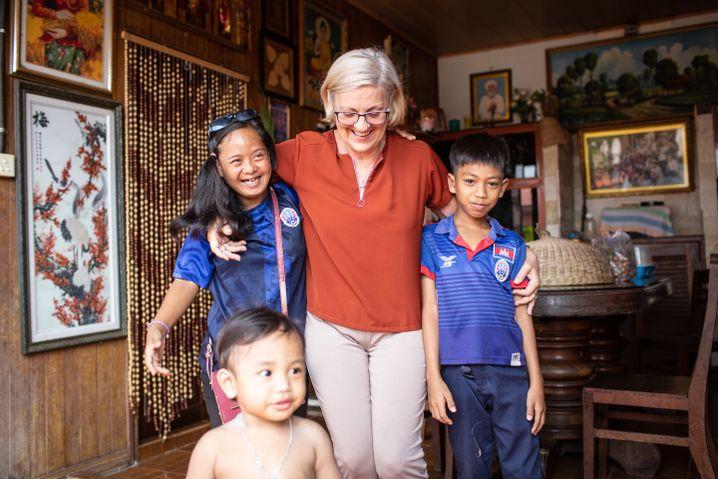 """Kornelia Kümmel, eine deutsche Ehrenamtliche mit Kindern im """"Build Your Future Today Center"""""""