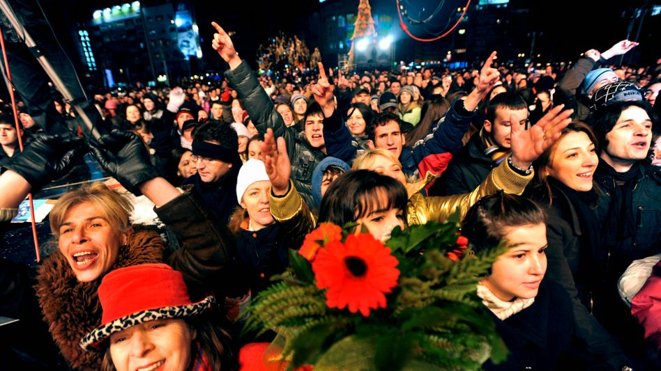 Mazedonier feiern Freitagnacht in der Hauptstadt Skopje das Ende der Visumspflicht