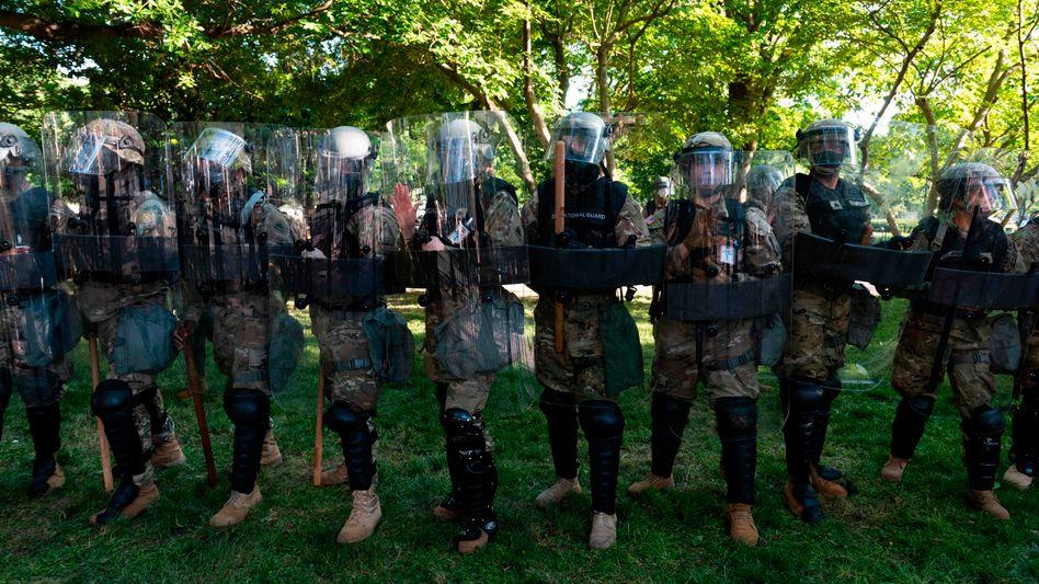 Mitglieder der Nationalgarde in der Nähe vom Weißen Haus