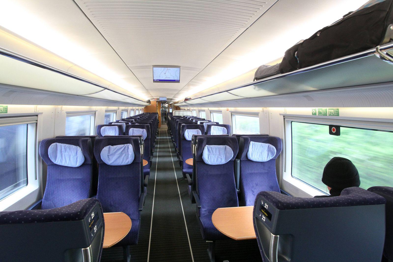 Ein einzelne Reisender sitzt in einem ansonsten nahezu menschenleeren ICE Intercity Express Wagen 2.Klasse während der F