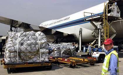 Entladung von Hilfsgütern aus China: Peinlichkeit für die USA?