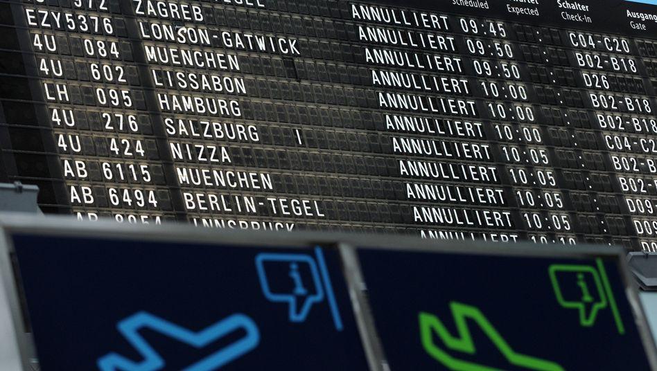 Informationstafel am Flughafen Köln/Bonn: Keine Flüge für Bundesligaprofis