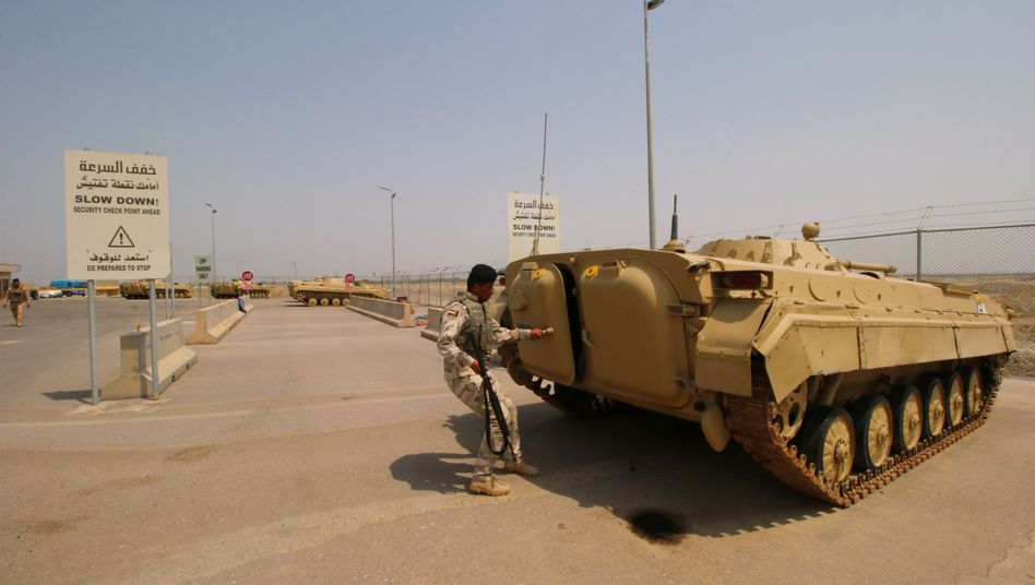 Ein irakischer Panzer schützt die Einfahrt des Ölfelds West Kurna 1, das von ExxonMobil betrieben wird