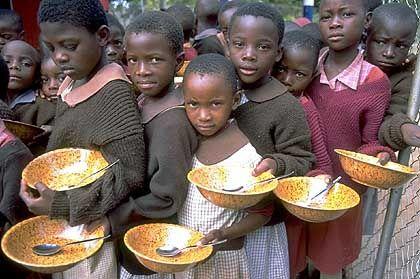 Nothilfe: Kinder in Simbabwes Hauptstadt werden von einem Unicef-Team mit Nahrung versorgt (Archiv)