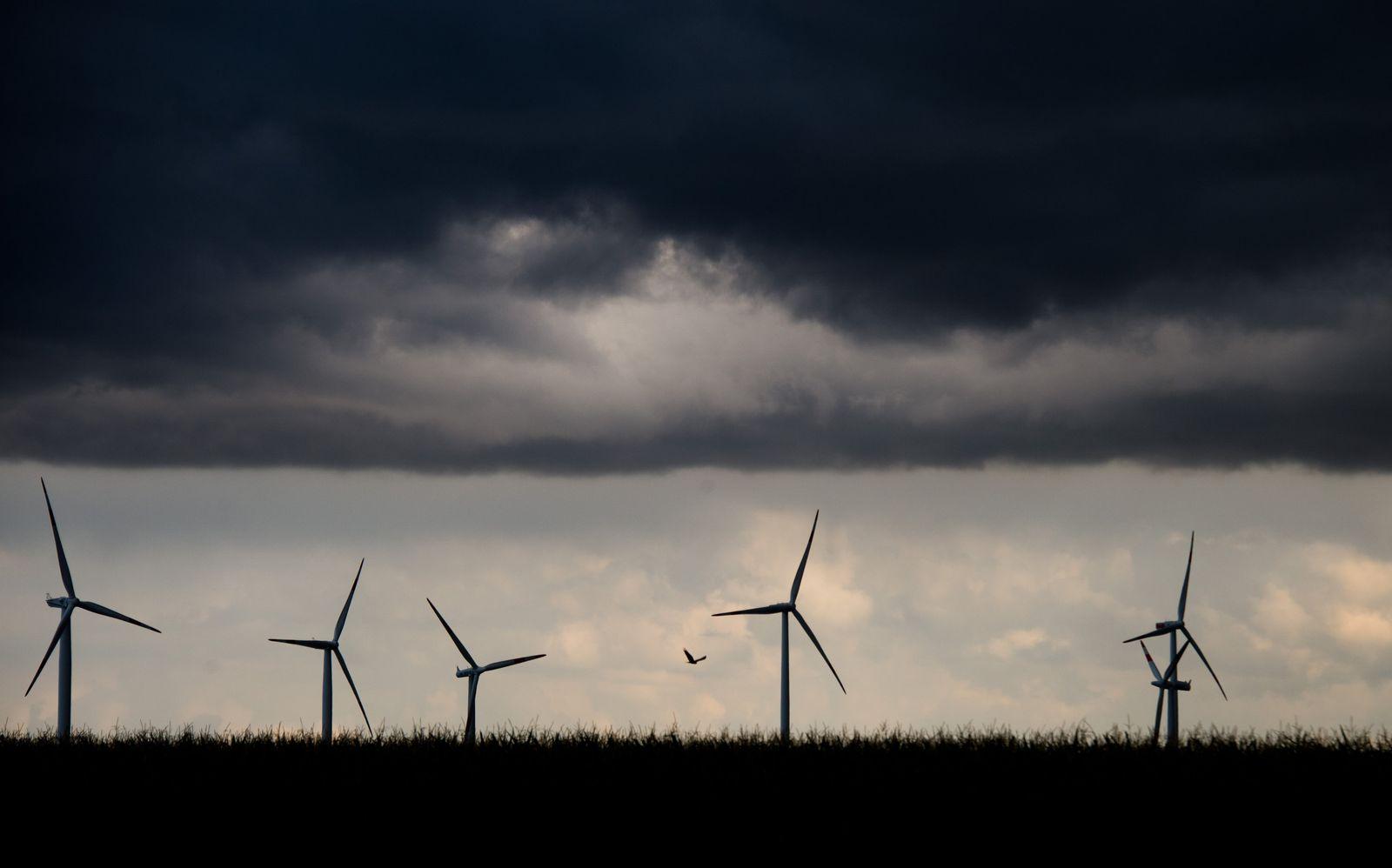 Windräder Wolken Gewitterfront