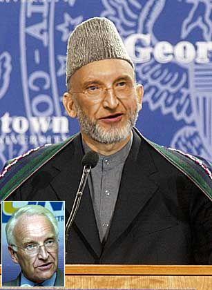 """Gucci-Chefdesigner Tom Ford hält Afghanistans Premier Hamid Karzai für den am besten gekleideten Mann der Welt. Wieso sollte der hübsche Umhang nur dem Paschtunen stehen? Empfehlen Sie Edmund Stoiber das Hamid-Karzai-Outfit, wählen Sie bitte im Vote """"Image Nr. 4""""!"""