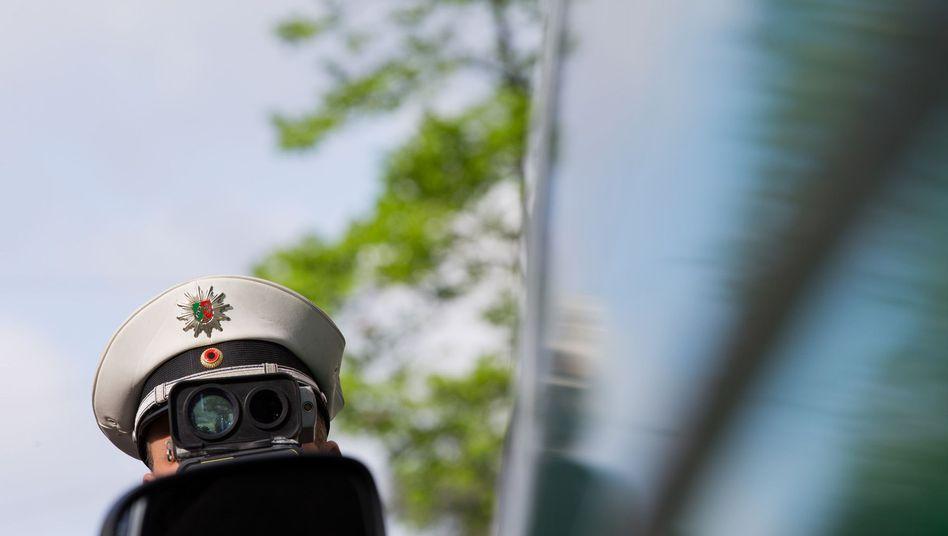 Polizist bei einer Tempokontrolle: Weg vom Gas