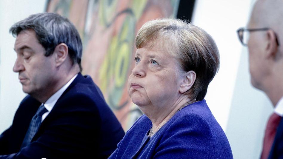 Merkel mit den amtierenden Vorsitzenden der Ministerpräsidentenkonferenz, Bayerns Regierungschef Markus Söder (links) und Hamburgs Erstem Bürgermeister Peter Tschentscher, am 30. April in Berlin