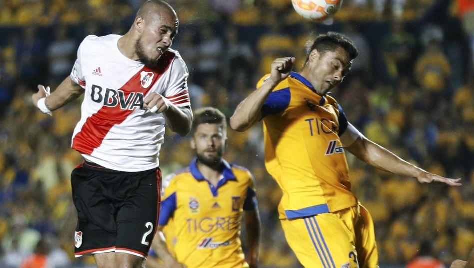 River Plates Maidana (l.) und Tigres Juninho (r.): Kein Tor im ersten Duell
