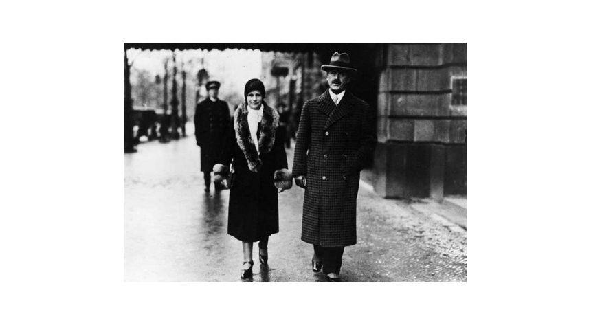 Schriftsteller-Ehepaar: Thomas Mann und Gattin Katja 1929 vor dem Adlon. Die Manns waren treue Stammgäste des Hotels.