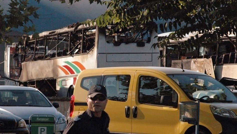 Ausgebrannte Busse am Flughafen von Burgas nach dem Sprengstoffattentat am 18. Juli 2012