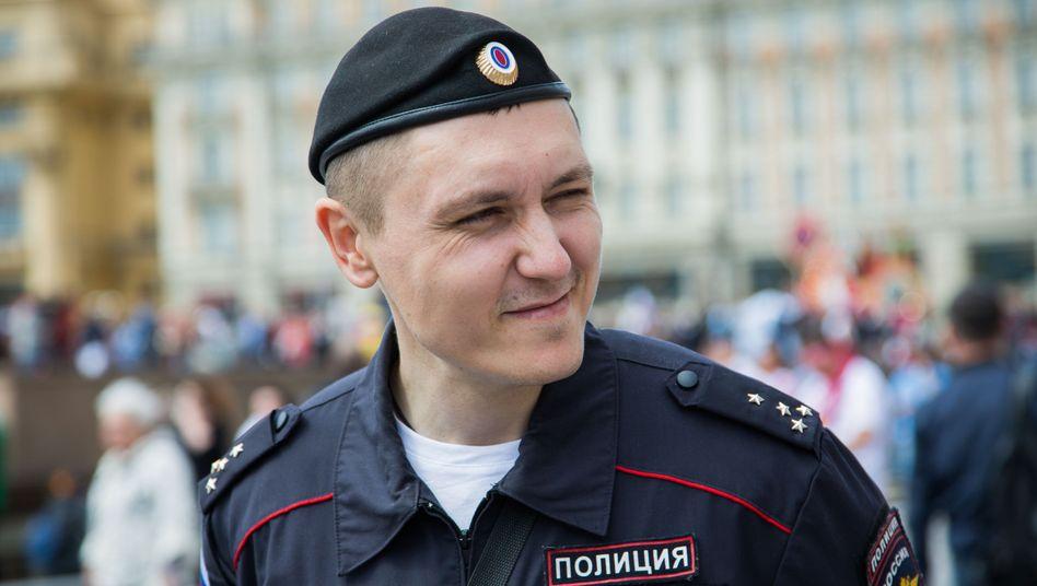 In Moskau patrouillieren Touristenpolizisten wie Roman Stepanow. Er ist Ansprechpartner für Gäste, während der WM vor allem für Fans. Der Versuch einer Begegnung mit der Vorzeigepolizei.