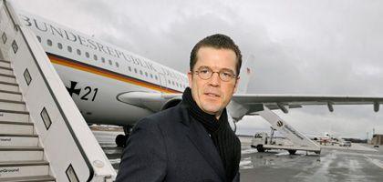 Wirtschaftsminister Guttenberg (vor dem Abflug in Berlin): Gespräche mit GM-Managern