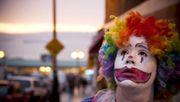 Mann bringt Clown zum Entlassungsgespräch mit